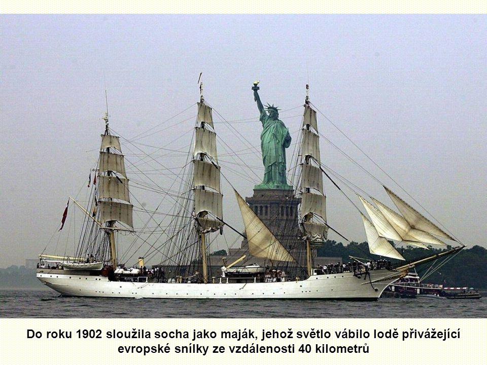 Do roku 1902 sloužila socha jako maják, jehož světlo vábilo lodě přivážející evropské snílky ze vzdálenosti 40 kilometrů