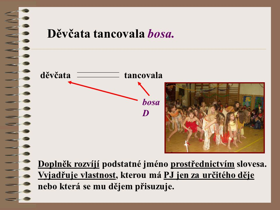 Děvčata tancovala bosa.