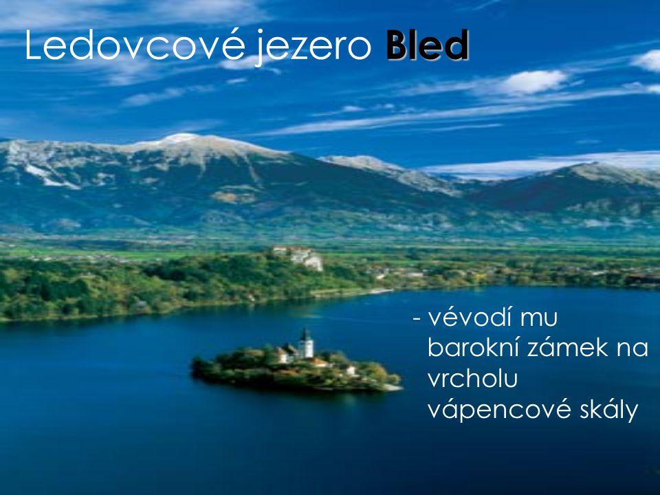 Ledovcové jezero Bled vévodí mu barokní zámek na vrcholu