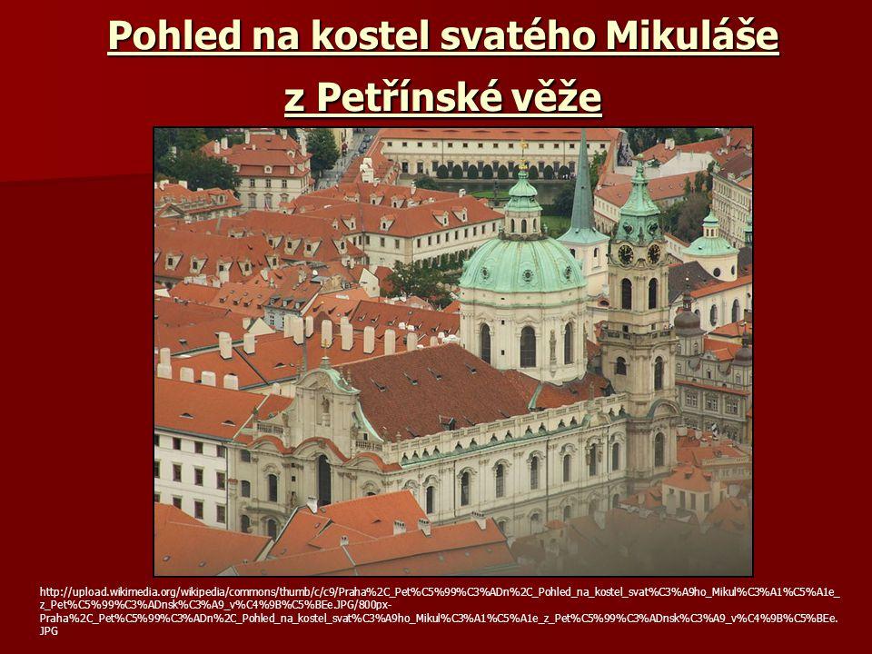 Pohled na kostel svatého Mikuláše z Petřínské věže