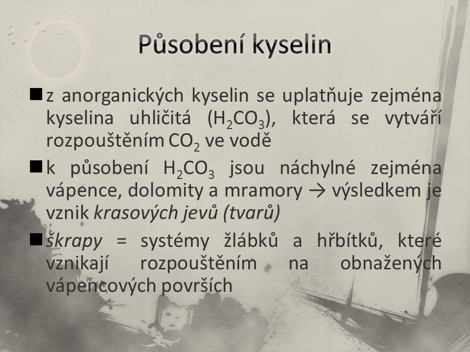 Působení kyselin z anorganických kyselin se uplatňuje zejména kyselina uhličitá (H2CO3), která se vytváří rozpouštěním CO2 ve vodě.