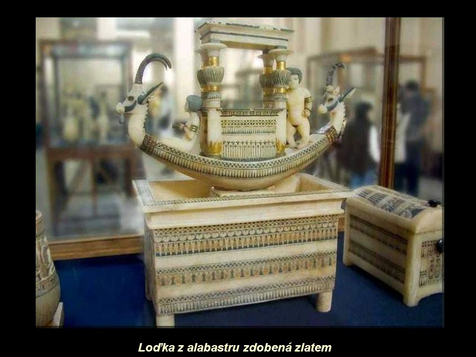 Loďka z alabastru zdobená zlatem