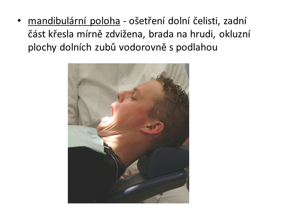 mandibulární poloha - ošetření dolní čelisti, zadní část křesla mírně zdvižena, brada na hrudi, okluzní plochy dolních zubů vodorovně s podlahou