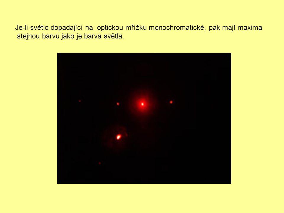 Je-li světlo dopadající na optickou mřížku monochromatické, pak mají maxima