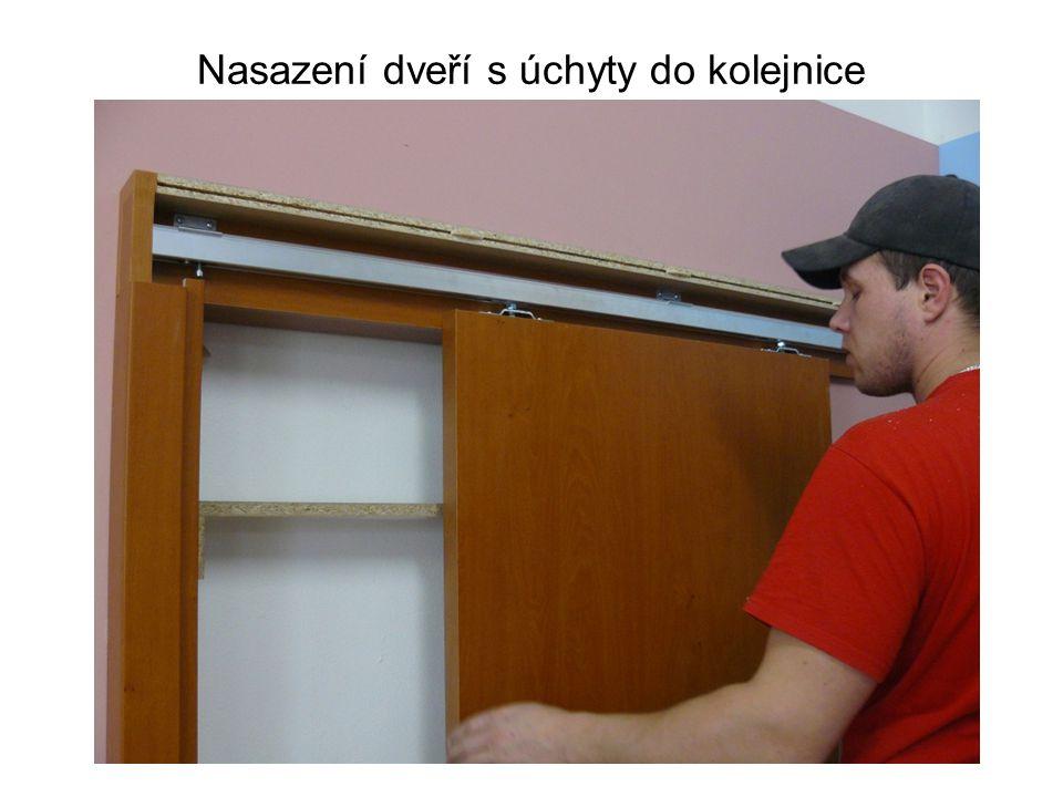 Nasazení dveří s úchyty do kolejnice