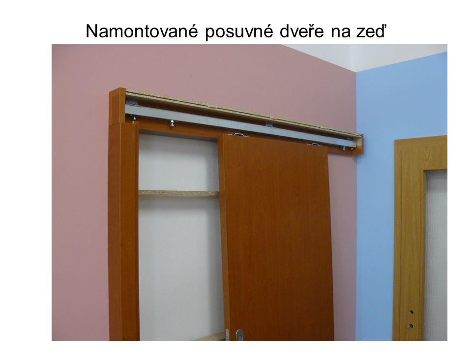Namontované posuvné dveře na zeď