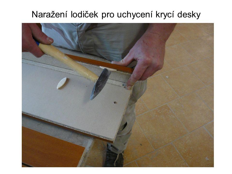 Naražení lodiček pro uchycení krycí desky
