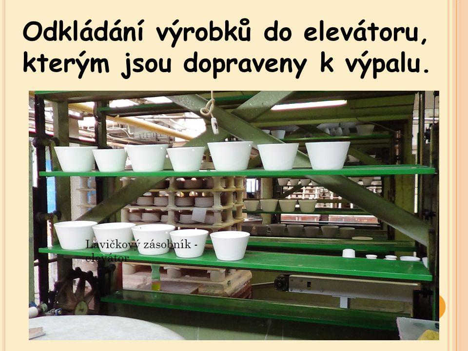 Odkládání výrobků do elevátoru, kterým jsou dopraveny k výpalu.