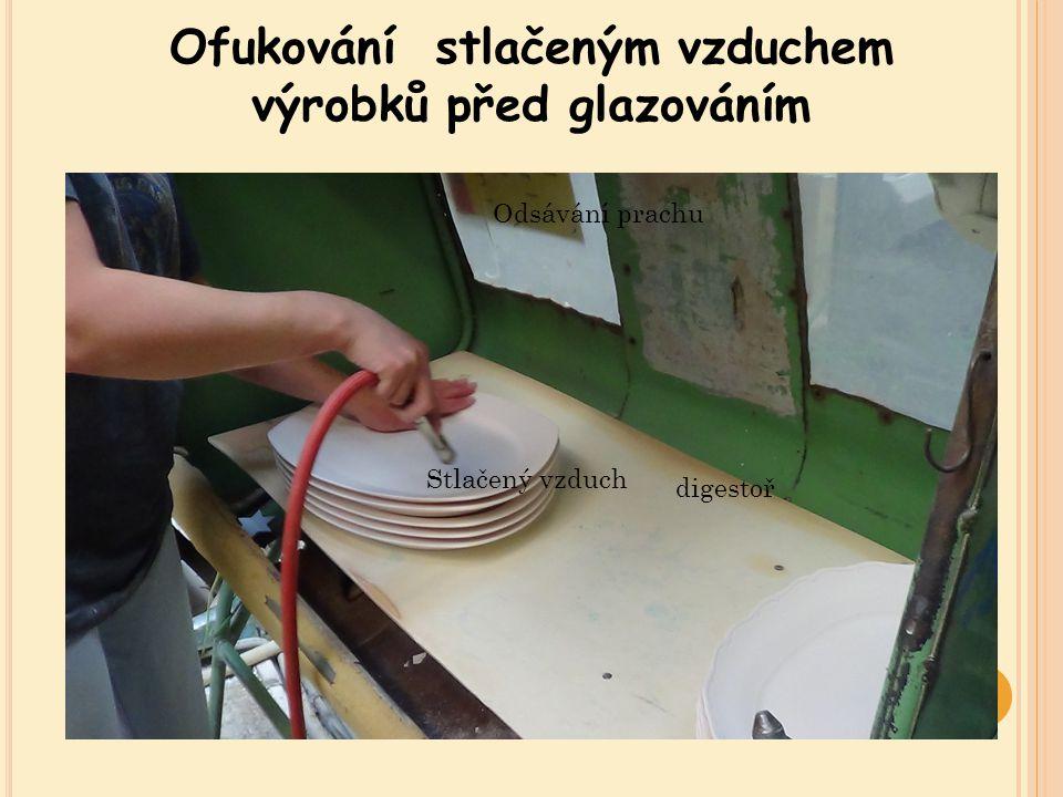 Ofukování stlačeným vzduchem výrobků před glazováním