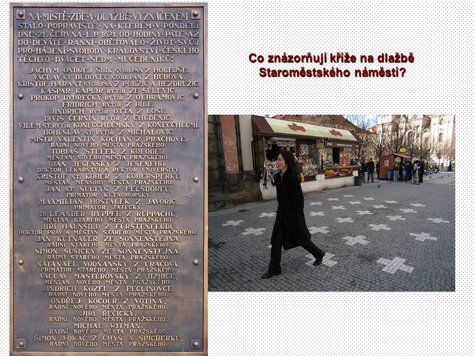 Co znázorňují kříže na dlažbě Staroměstského náměstí