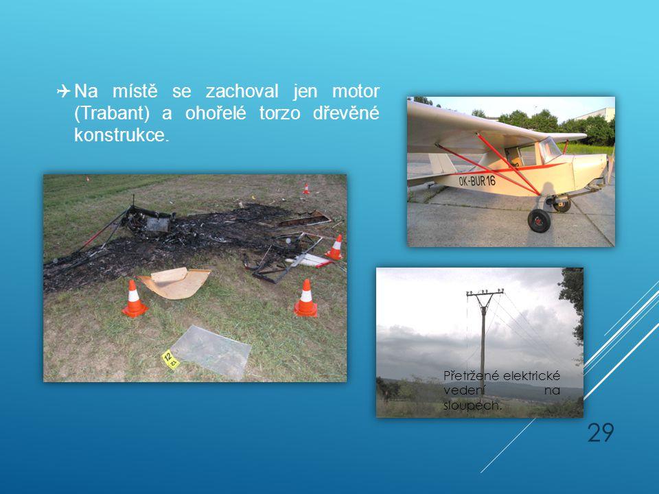 Na místě se zachoval jen motor (Trabant) a ohořelé torzo dřevěné konstrukce.