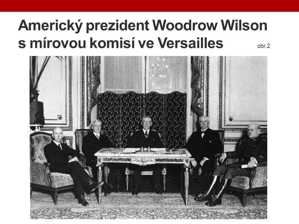 Americký prezident Woodrow Wilson s mírovou komisí ve Versailles. obr