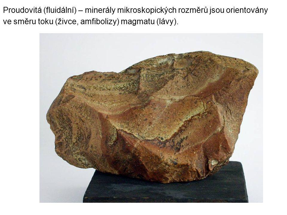 Proudovitá (fluidální) – minerály mikroskopických rozměrů jsou orientovány