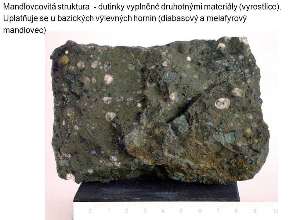Mandlovcovitá struktura - dutinky vyplněné druhotnými materiály (vyrostlice).