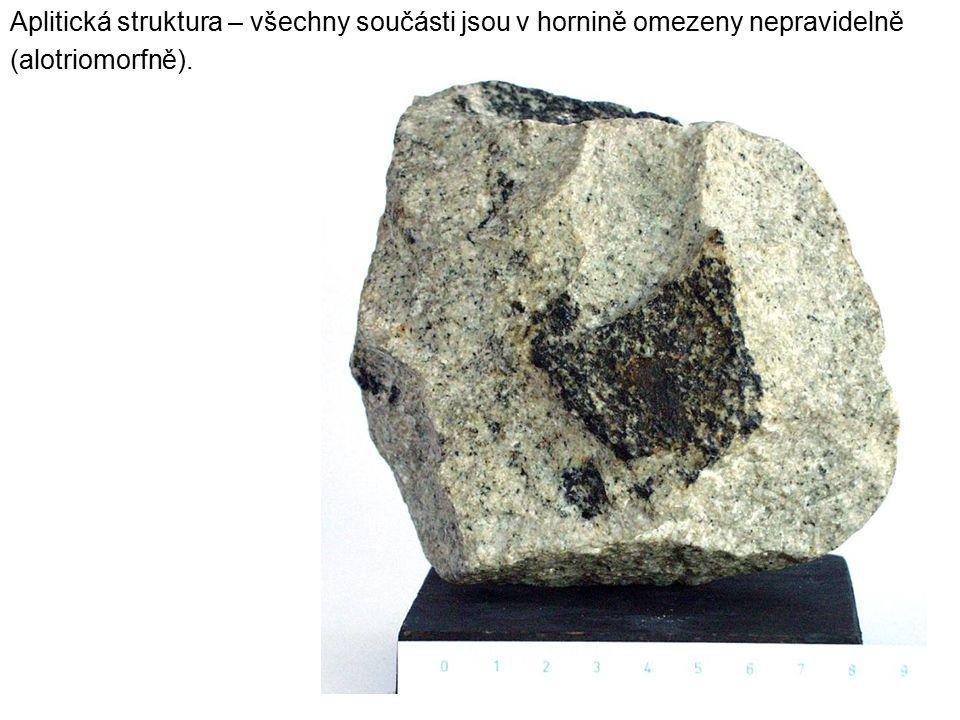 Aplitická struktura – všechny součásti jsou v hornině omezeny nepravidelně