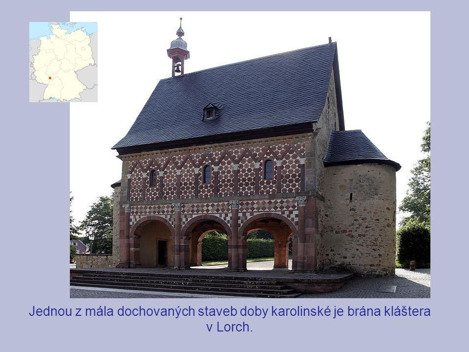 Jednou z mála dochovaných staveb doby karolinské je brána kláštera v Lorch.