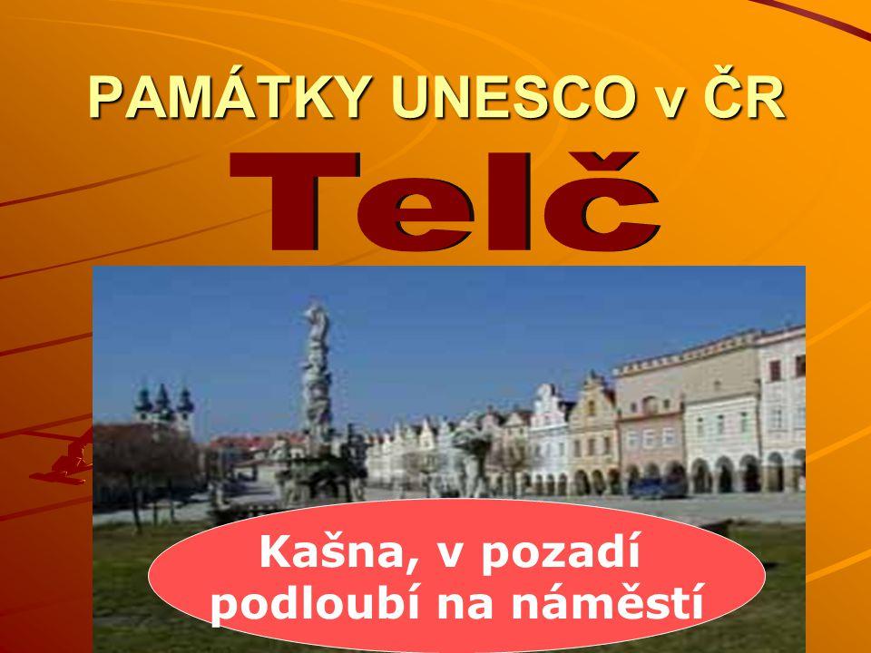 PAMÁTKY UNESCO v ČR Telč Kašna, v pozadí podloubí na náměstí