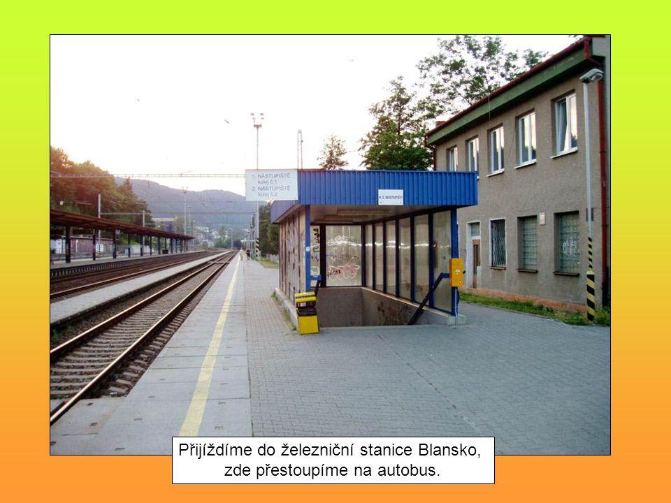 Přijíždíme do železniční stanice Blansko, zde přestoupíme na autobus.