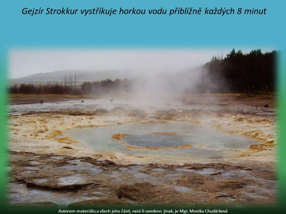 Gejzír Strokkur vystřikuje horkou vodu přibližně každých 8 minut