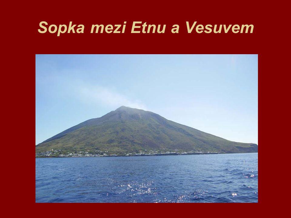 Sopka mezi Etnu a Vesuvem