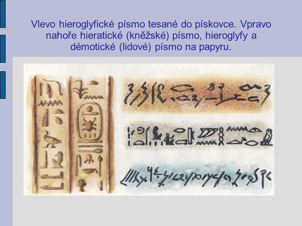Vlevo hieroglyfické písmo tesané do pískovce