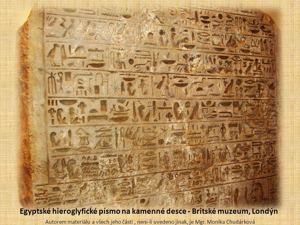 Egyptské hieroglyfické písmo na kamenné desce - Britské muzeum, Londýn