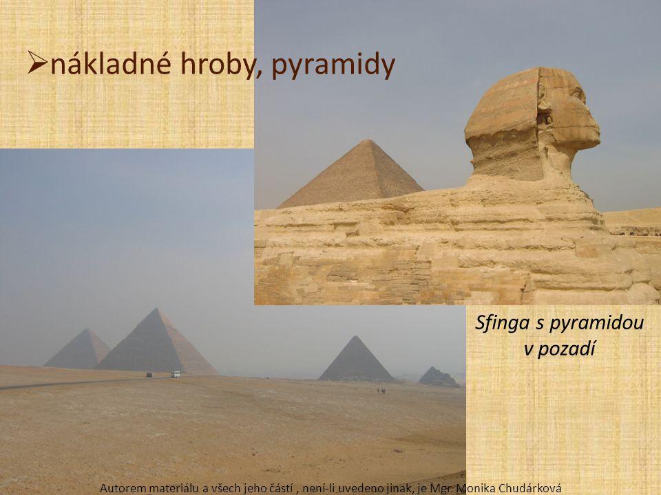 Sfinga s pyramidou v pozadí
