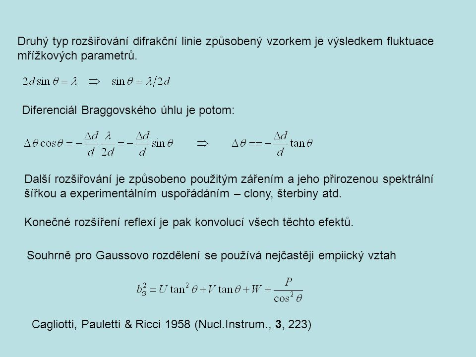 Druhý typ rozšiřování difrakční linie způsobený vzorkem je výsledkem fluktuace mřížkových parametrů.
