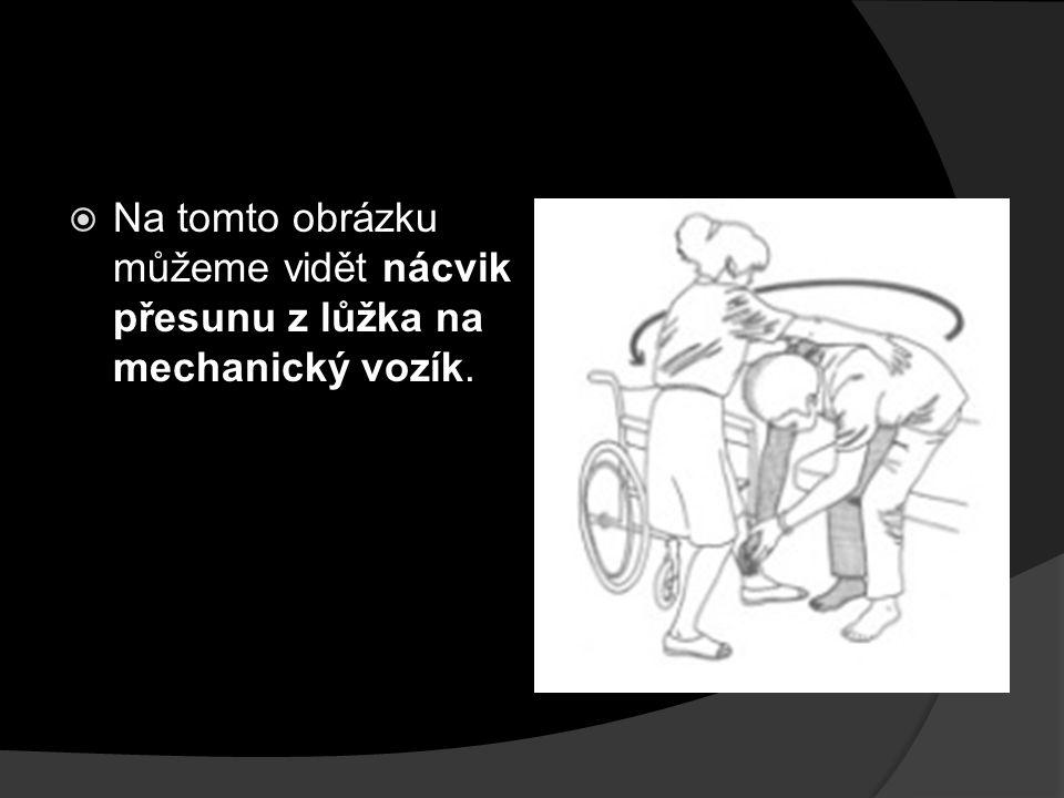 Na tomto obrázku můžeme vidět nácvik přesunu z lůžka na mechanický vozík.