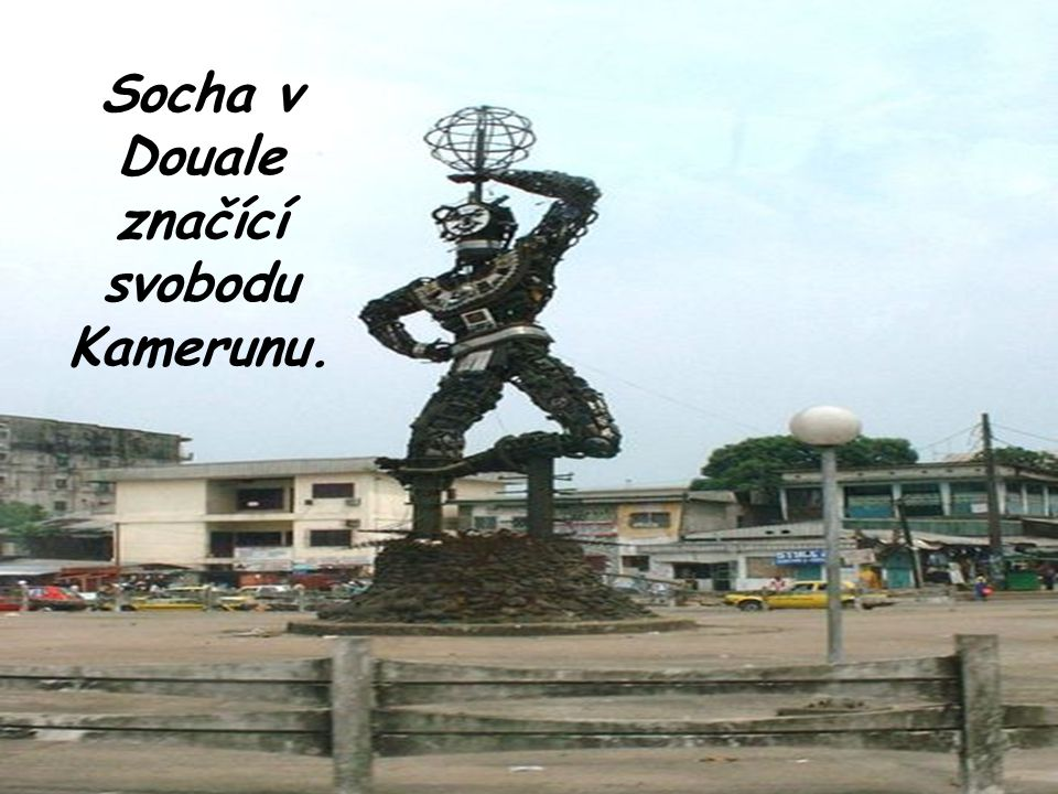Socha v Douale značící svobodu Kamerunu.
