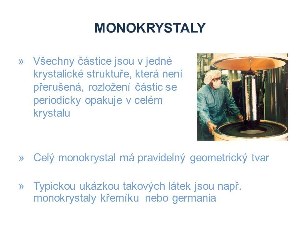 monokrystaly Všechny částice jsou v jedné krystalické struktuře, která není přerušená, rozložení částic se periodicky opakuje v celém krystalu.