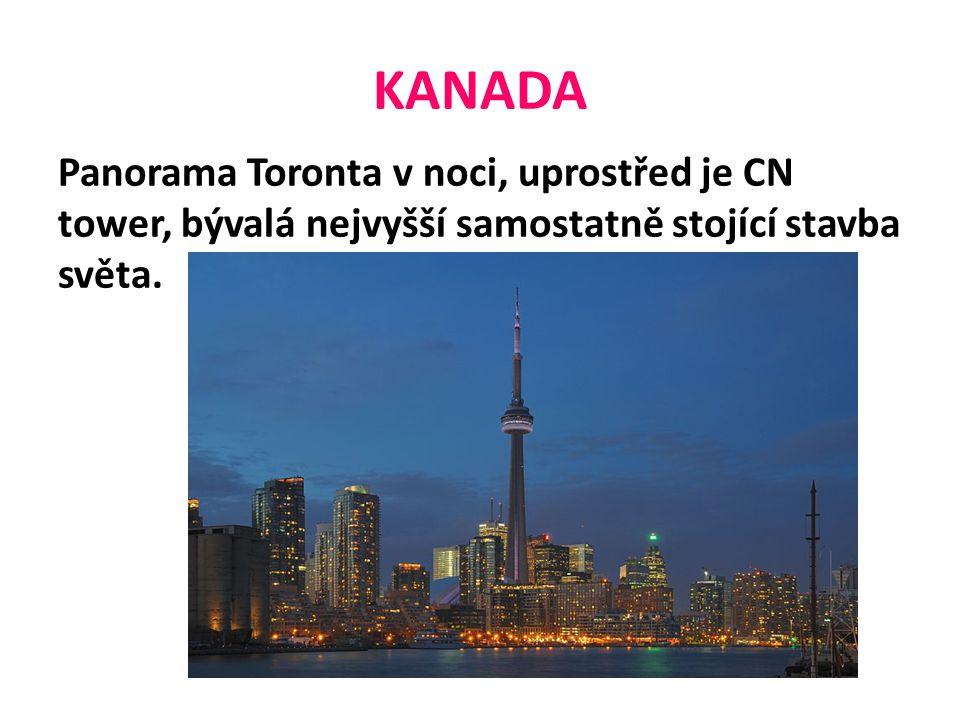 KANADA Panorama Toronta v noci, uprostřed je CN tower, bývalá nejvyšší samostatně stojící stavba světa.