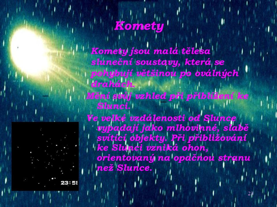 Komety Komety jsou malá tělesa sluneční soustavy, která se pohybují většinou po oválných drahách. Mění svůj vzhled při přiblížení ke Slunci.