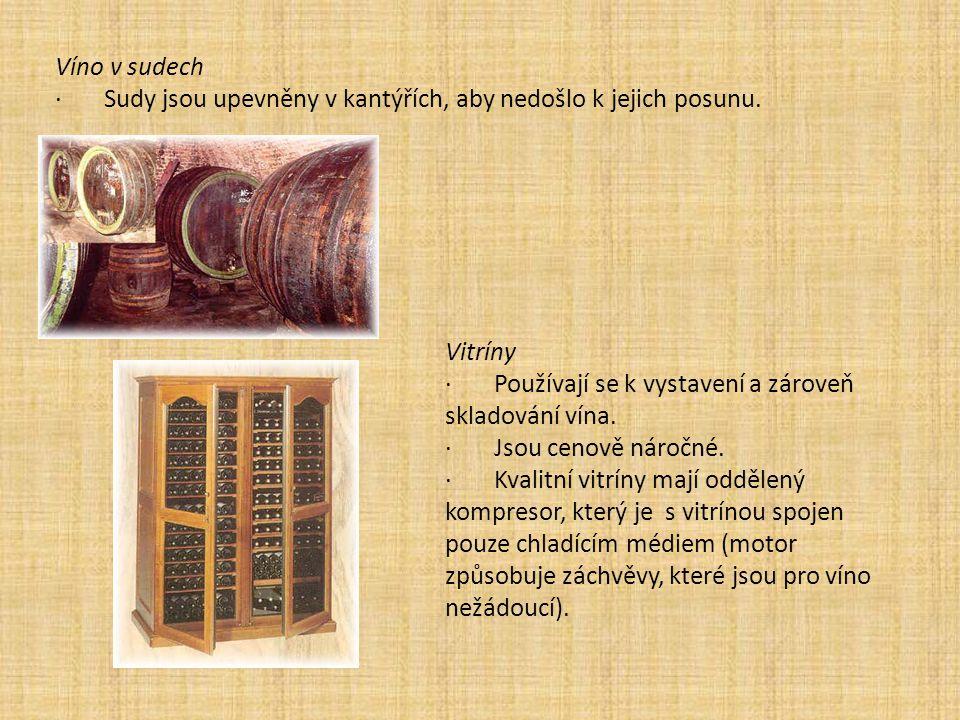 Víno v sudech · Sudy jsou upevněny v kantýřích, aby nedošlo k jejich posunu. Vitríny.