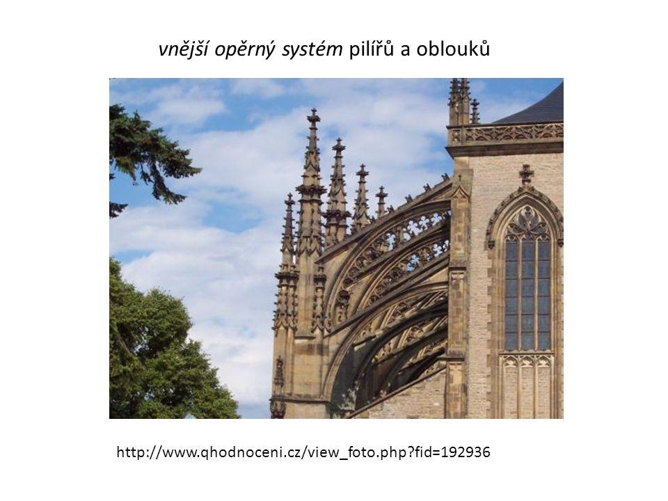 vnější opěrný systém pilířů a oblouků