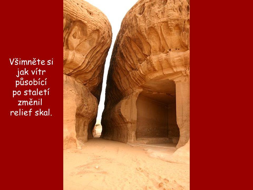 Všimněte si jak vítr působící po staletí změnil relief skal.