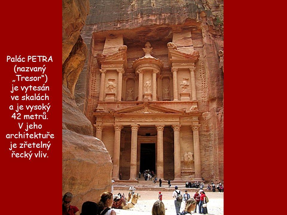 """Palác PETRA (nazvaný """"Tresor ) je vytesán. ve skalách. a je vysoký. 42 metrů. V jeho architektuře."""