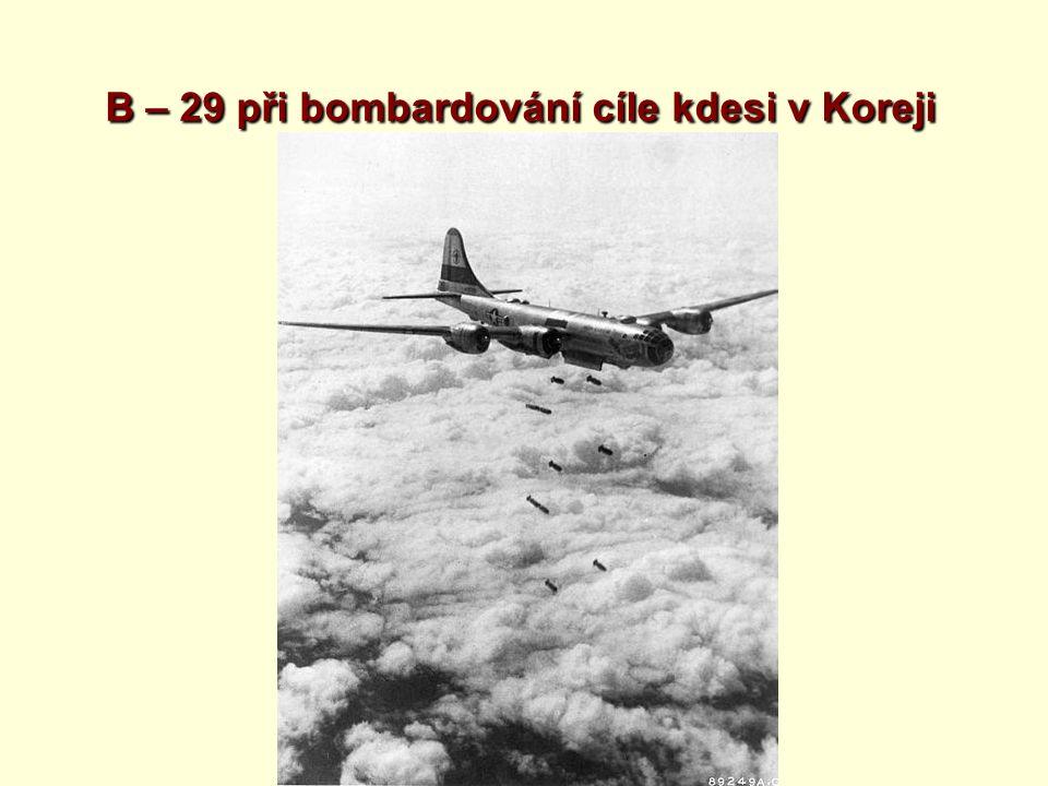 B – 29 při bombardování cíle kdesi v Koreji
