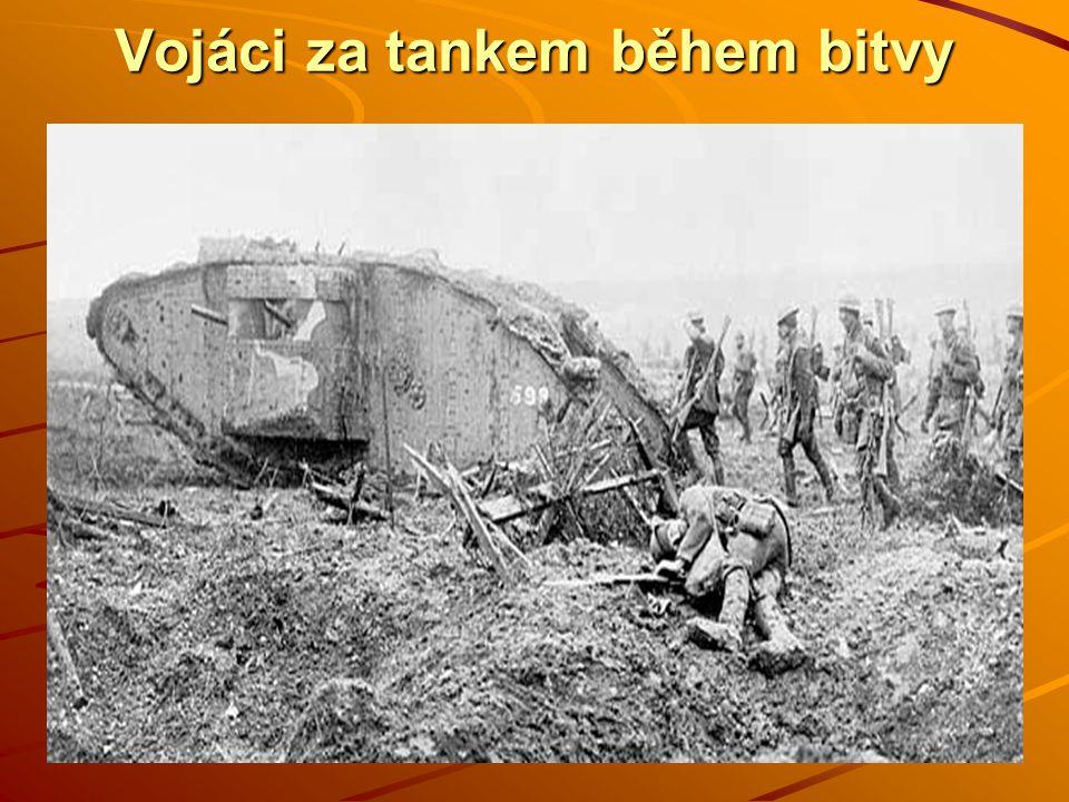 Vojáci za tankem během bitvy