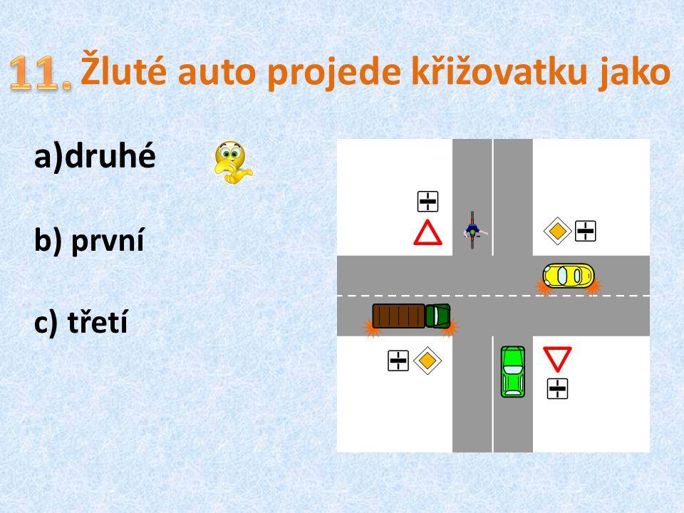 Žluté auto projede křižovatku jako
