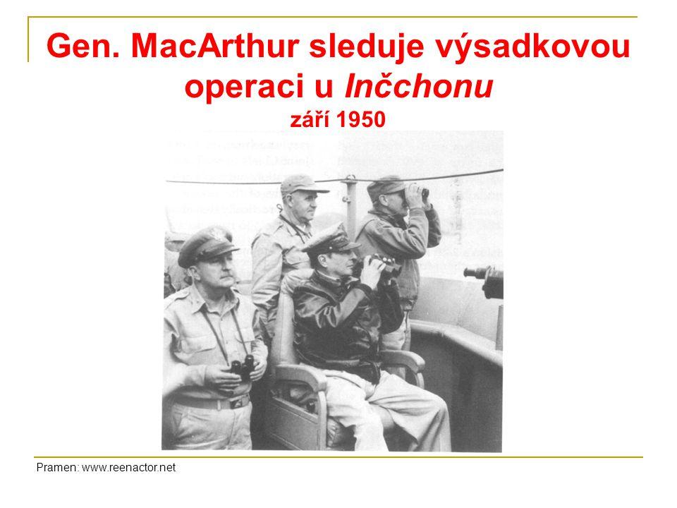 Gen. MacArthur sleduje výsadkovou operaci u Inčchonu září 1950