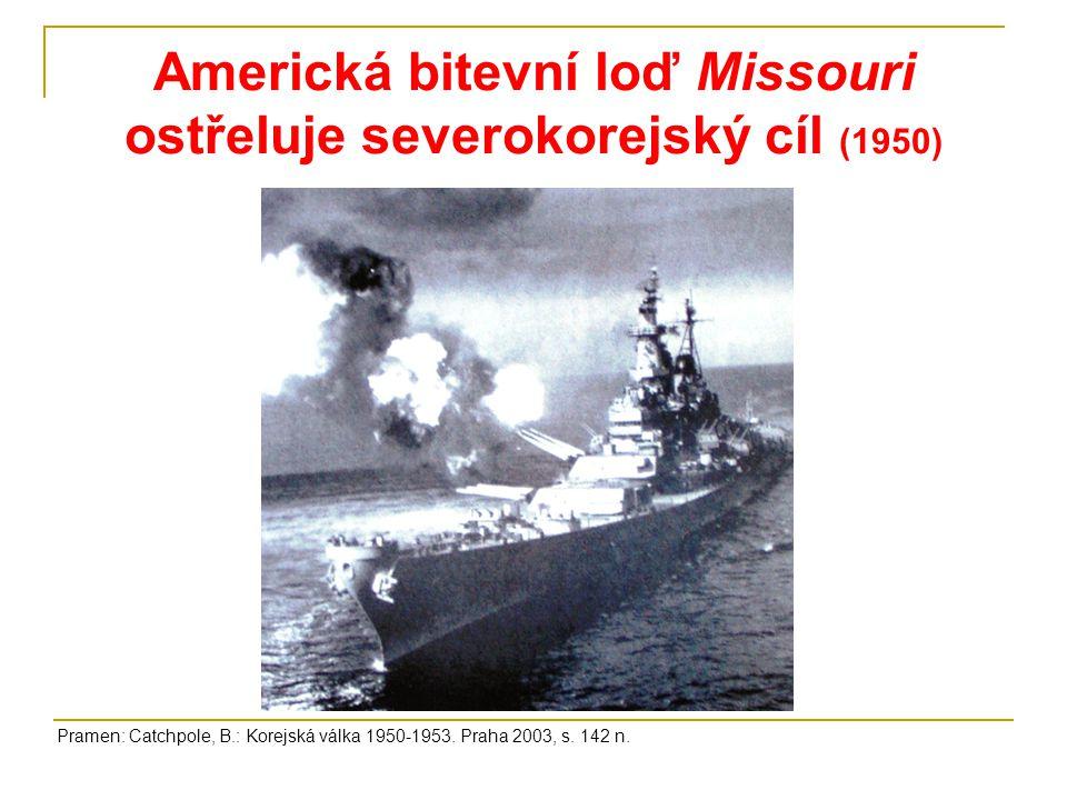 Americká bitevní loď Missouri ostřeluje severokorejský cíl (1950)