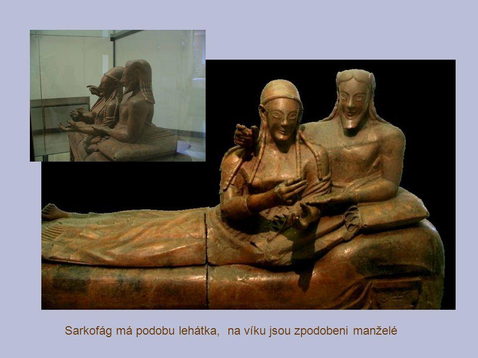 Sarkofág má podobu lehátka, na víku jsou zpodobeni manželé