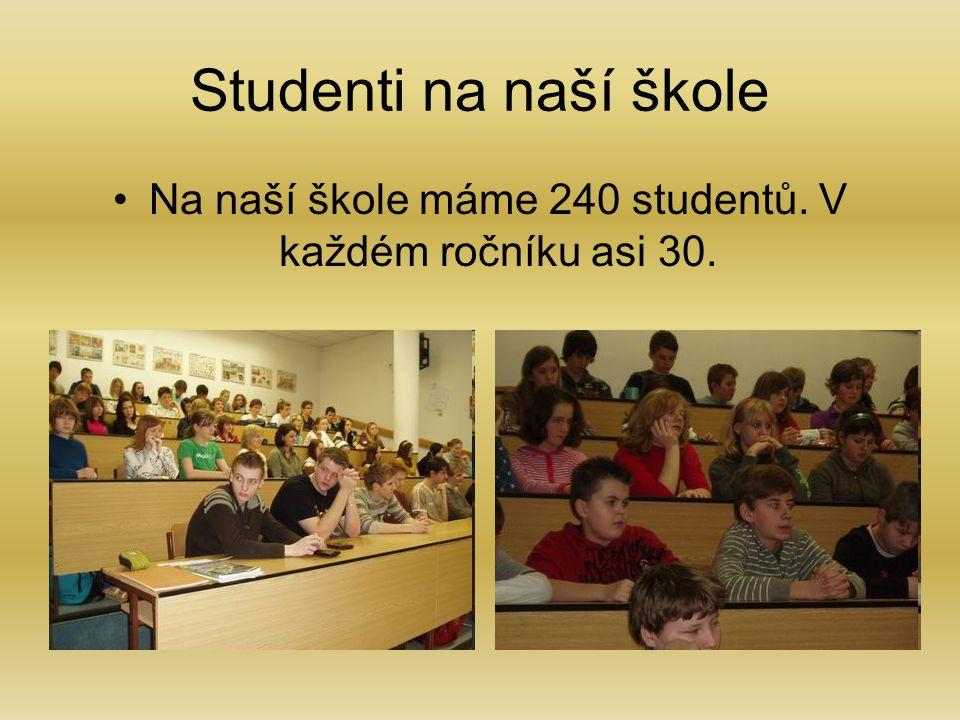 Na naší škole máme 240 studentů. V každém ročníku asi 30.