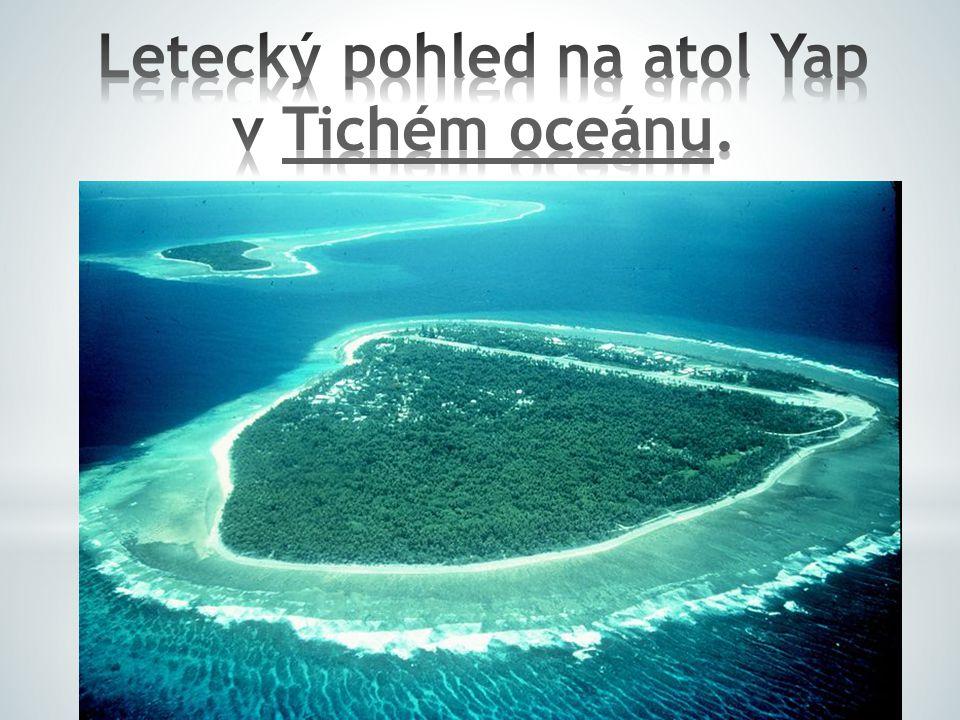 Letecký pohled na atol Yap v Tichém oceánu.