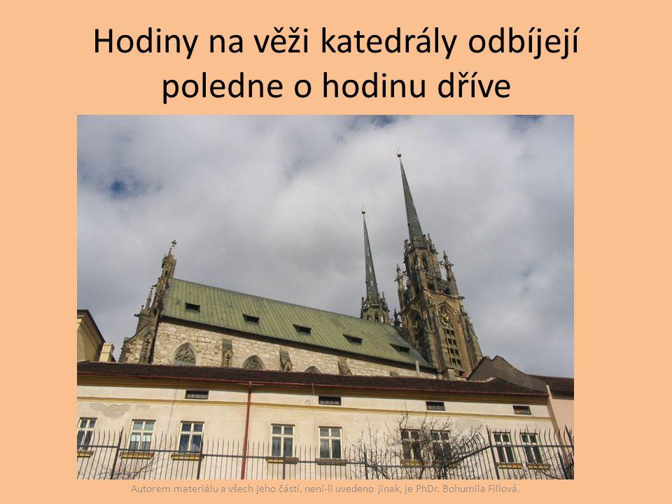 Hodiny na věži katedrály odbíjejí poledne o hodinu dříve