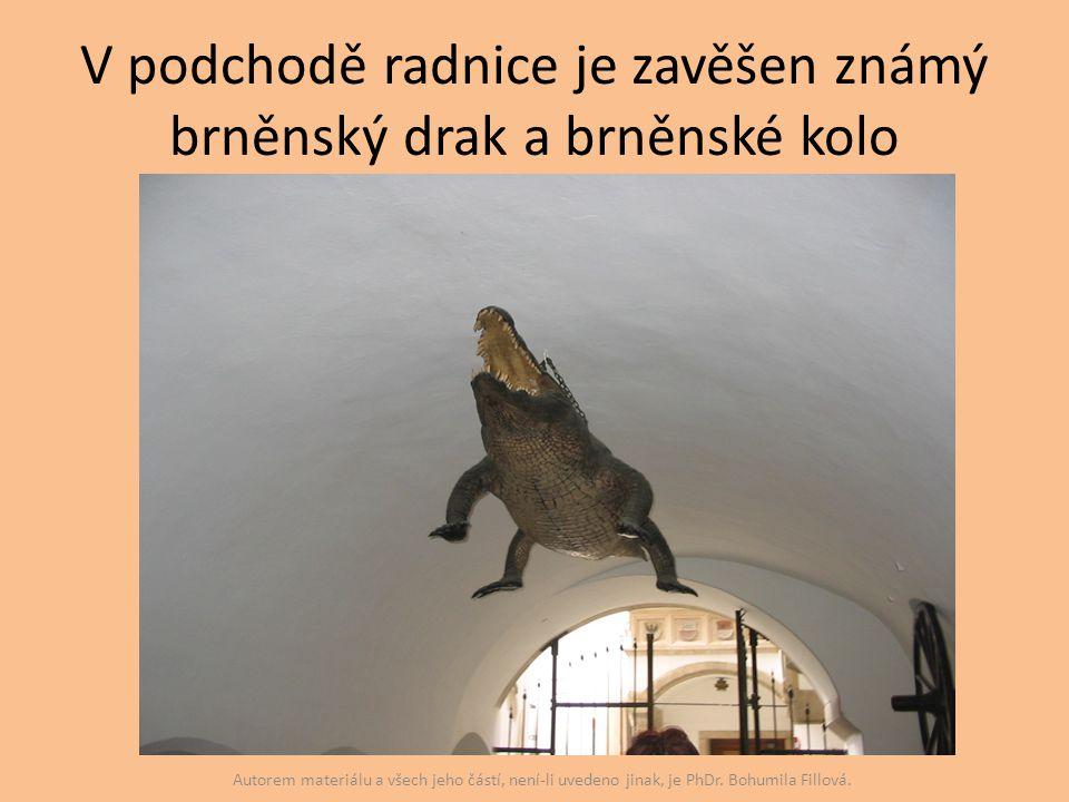 V podchodě radnice je zavěšen známý brněnský drak a brněnské kolo