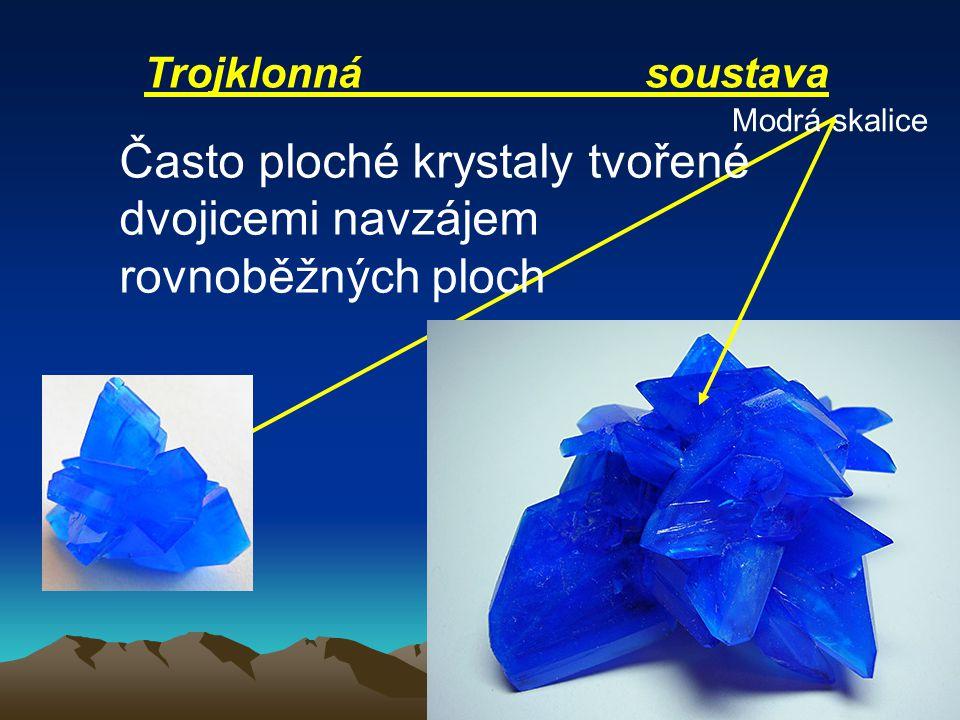Často ploché krystaly tvořené dvojicemi navzájem rovnoběžných ploch