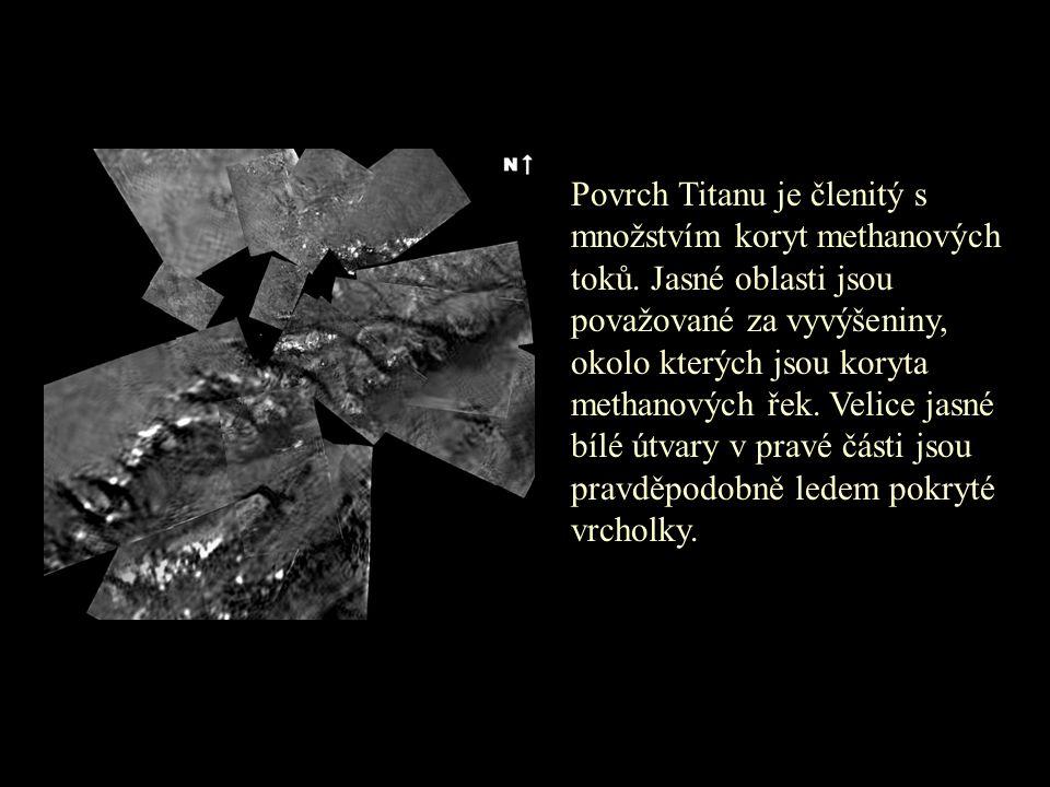 Povrch Titanu je členitý s množstvím koryt methanových toků