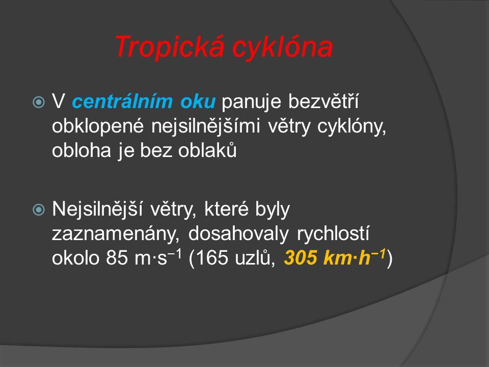 Tropická cyklóna V centrálním oku panuje bezvětří obklopené nejsilnějšími větry cyklóny, obloha je bez oblaků.